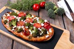 ξινό πίτα με την ντομάτα μπρόκολου και το τυρί αιγών Στοκ Εικόνα