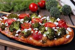 ξινό πίτα με την ντομάτα μπρόκολου και το τυρί αιγών Στοκ Εικόνες