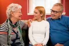 Ξοδευμένος χρόνος με τους παππούδες και γιαγιάδες στο σπίτι τους Στοκ φωτογραφίες με δικαίωμα ελεύθερης χρήσης