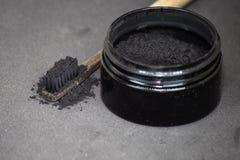 Ξυλάνθρακας σε μια οδοντόβουρτσα για να λευκάνει τα δόντια στοκ εικόνα