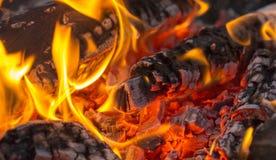 , ξυλάνθρακας σχαρών, καίγοντας ξυλάνθρακας στο υπόβαθρο Στοκ Εικόνες