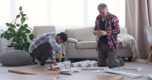Ξυλουργοί που εργάζονται στο σπίτι απόθεμα βίντεο