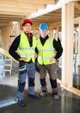 Ξυλουργοί στη προστατευτική ενδυμασία στο εργοτάξιο οικοδομής Στοκ φωτογραφία με δικαίωμα ελεύθερης χρήσης