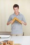 Ξυλουργός με το δείγμα πλαισίων παραθύρων Στοκ εικόνα με δικαίωμα ελεύθερης χρήσης
