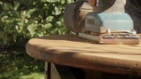 Ξυλουργός που αποκαθιστά τα παλαιά έπιπλα, λείανση παλαιό ξύλινο countertop κίνηση αργή απόθεμα βίντεο