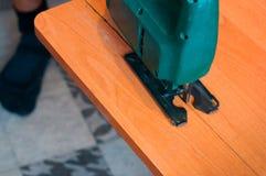 Ξυλουργός που εργάζεται με ένα τορνευτικό πριόνι και ένα ξύλινο τέμνον εγχειρίδιο τορνευτικών πριονιών Στοκ φωτογραφία με δικαίωμα ελεύθερης χρήσης