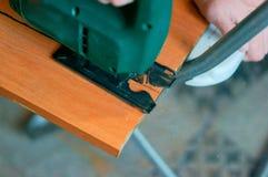 Ξυλουργός που εργάζεται με ένα τορνευτικό πριόνι και ένα ξύλινο τέμνον εγχειρίδιο τορνευτικών πριονιών Στοκ φωτογραφίες με δικαίωμα ελεύθερης χρήσης