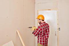 Ξυλουργός που εργάζεται με τη μηχανή διατρήσεων Στοκ εικόνα με δικαίωμα ελεύθερης χρήσης