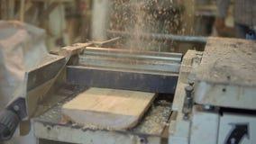 Ξυλουργός που εργάζεται σε μια μηχανή ξυλουργικής Λείανση και επεξεργασία του ξύλου απόθεμα βίντεο