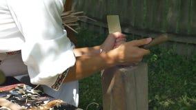 Ξυλουργός που κάνει ένα ξύλινο αντικείμενο απόθεμα βίντεο