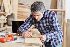 Ξυλουργός που μετρά με την ακρίβεια Στοκ Φωτογραφία