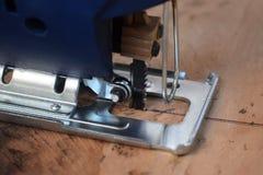 Ξυλουργός που πριονίζει το δέντρο με ένα ηλεκτρικό πριόνι, κινηματογράφηση σε πρώτο πλάνο στοκ φωτογραφίες με δικαίωμα ελεύθερης χρήσης