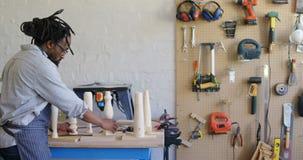Ξυλουργός που προετοιμάζει την ξύλινη στήλη 4k απόθεμα βίντεο