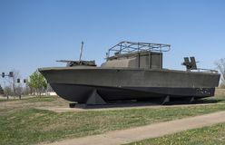 ΞΥΛΟ ΤΟΥ LEONARD ΟΧΥΡΩΝ, MO 29 ΑΠΡΙΛΊΟΥ 2018: Σύνθετο περιπολικό σκάφος ποταμών στρατιωτικών οχημάτων στοκ εικόνες