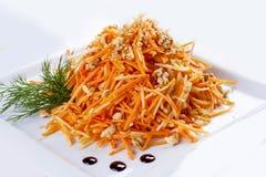 Ξυμένα καρότα με τα ξύλα καρυδιάς στοκ εικόνες