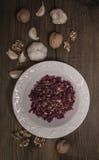 Ξυμένη σαλάτα τεύτλων, σκόρδο, ξύλα καρυδιάς στοκ εικόνα