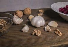 Ξυμένη σαλάτα τεύτλων, σκόρδο, ξύλα καρυδιάς Στοκ φωτογραφία με δικαίωμα ελεύθερης χρήσης