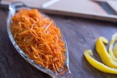 Ξυμένο καρότο σε έναν ξύλινο πίνακα Στοκ Εικόνες