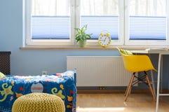 Ξυπνήστε είναι εύκολος στη φωτεινή κρεβατοκάμαρά του Στοκ Φωτογραφία