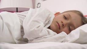 Ξυπνήστε πτώση πορτρέτου παιδιών κοιμισμένη στο κρεβάτι, κοισμένος πρόσωπο μικρών κοριτσιών, κρεβατοκάμαρα 4K φιλμ μικρού μήκους