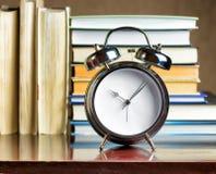 Ξυπνητήρι και βιβλία. Έννοια εκπαίδευσης Στοκ εικόνες με δικαίωμα ελεύθερης χρήσης