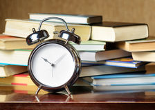 Ξυπνητήρι και βιβλία. Έννοια εκπαίδευσης Στοκ Φωτογραφία