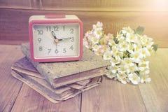 Ξυπνητήρι και παλαιό βιβλίο ημερολογίων στοκ εικόνες