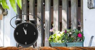 Ξυπνητήρι με τα μικρά πρακτικά στο ρολόι δώδεκα ο ` Στοκ Φωτογραφία