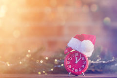 Ξυπνητήρι με το καπέλο Άγιου Βασίλη με τη νεράιδα Ligths Χριστουγέννων Στοκ Εικόνα