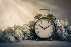 Ξυπνητήρι σε ένα wastepaper Στοκ φωτογραφία με δικαίωμα ελεύθερης χρήσης
