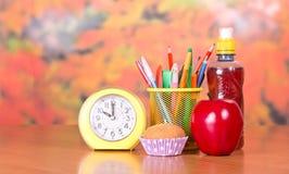 Ξυπνητήρι, στάση με τα μολύβια, κέικ Στοκ εικόνες με δικαίωμα ελεύθερης χρήσης