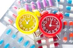 Ξυπνητήρι στο ιατρικό πακέτο φουσκαλών Στοκ φωτογραφία με δικαίωμα ελεύθερης χρήσης