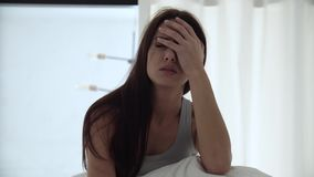 Ξυπνητήρι στο τηλέφωνο Κουρασμένη γυναίκα που ξυπνά στο κρεβάτι στην κρεβατοκάμαρα φιλμ μικρού μήκους