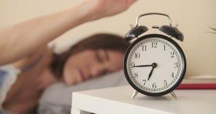 Ξυπνητήρι στροφής γυναικών μακριά το πρωί απόθεμα βίντεο