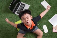 Ξυπνώντας μικρό παιδί στη φύση Στοκ Φωτογραφίες