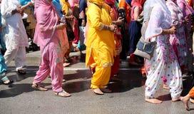 Ξυπόλυτες γυναίκες σε μια σιχ θρησκευτική παρέλαση στοκ φωτογραφίες