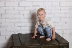 Ξυπόλυτες όμορφες χαμόγελα και στάσεις οκλαδόν μικρών παιδιών στοκ εικόνες