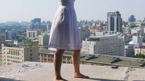 Ξυπόλυτοι περίπατοι γυναικών στην άκρη της εγκαταλειμμένης στέγης οικοδόμησης, απερίσκεπτος παράτολμος φιλμ μικρού μήκους