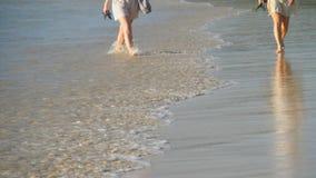 Ξυπόλυτο περπάτημα παραλιών φιλμ μικρού μήκους