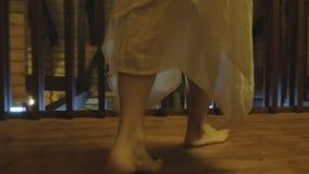 Ξυπόλυτα πόδια της καυκάσιας γυναίκας κάτω στην ξύλινη εσωτερική σκάλα, άποψη κινηματογραφήσεων σε πρώτο πλάνο φιλμ μικρού μήκους