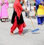 ξυπόλυτες γυναίκες της σιχ θρησκείας με τα ενδύματα του swee πολλών χρωμάτων στοκ εικόνα με δικαίωμα ελεύθερης χρήσης