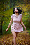 Ξυπόλυτη γυναίκα στο δάσος Στοκ Εικόνα