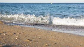 Ξυπόλυτο κορίτσι που περπατά κατά μήκος της παραλίας φιλμ μικρού μήκους