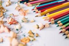 Ξυρίσματα μολυβιών χρώματος σε χαρτί ελεύθερη απεικόνιση δικαιώματος