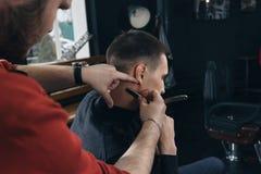 Ξυρίστε το λαιμό σας με το ξυράφι Στοκ Φωτογραφίες