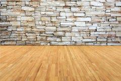 Ξυλείας συνδέει με τον παλαιό γκρίζο τοίχο πετρών Στοκ Εικόνα
