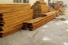 Ξυλεία στο εργοτάξιο οικοδομής στοκ εικόνα