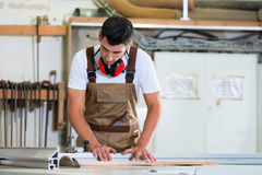 Ξυλουργός ή κατασκευαστής γραφείων στο ξύλινο εργαστήριό του στοκ φωτογραφία με δικαίωμα ελεύθερης χρήσης