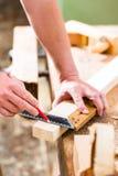 Ξυλουργός με το κομμάτι προς κατεργασία στην ξυλουργική στοκ φωτογραφίες με δικαίωμα ελεύθερης χρήσης