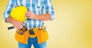 Ξυλουργός με το σφυρί στο κίτρινο κλίμα Στοκ εικόνα με δικαίωμα ελεύθερης χρήσης